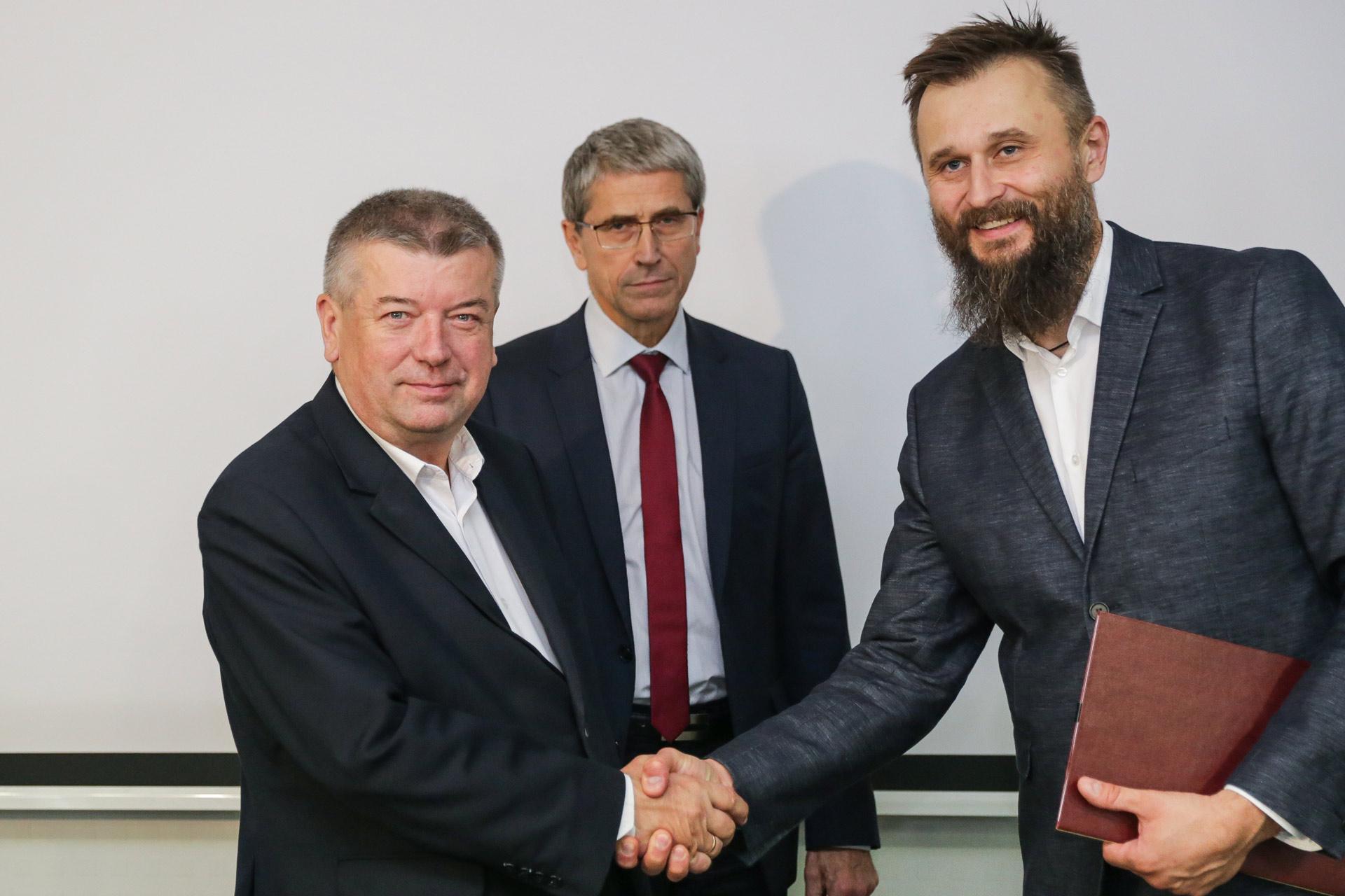 Podpisanie umowy KZKGOP - Dysten na największy system informacji pasażerskiej w Polsce