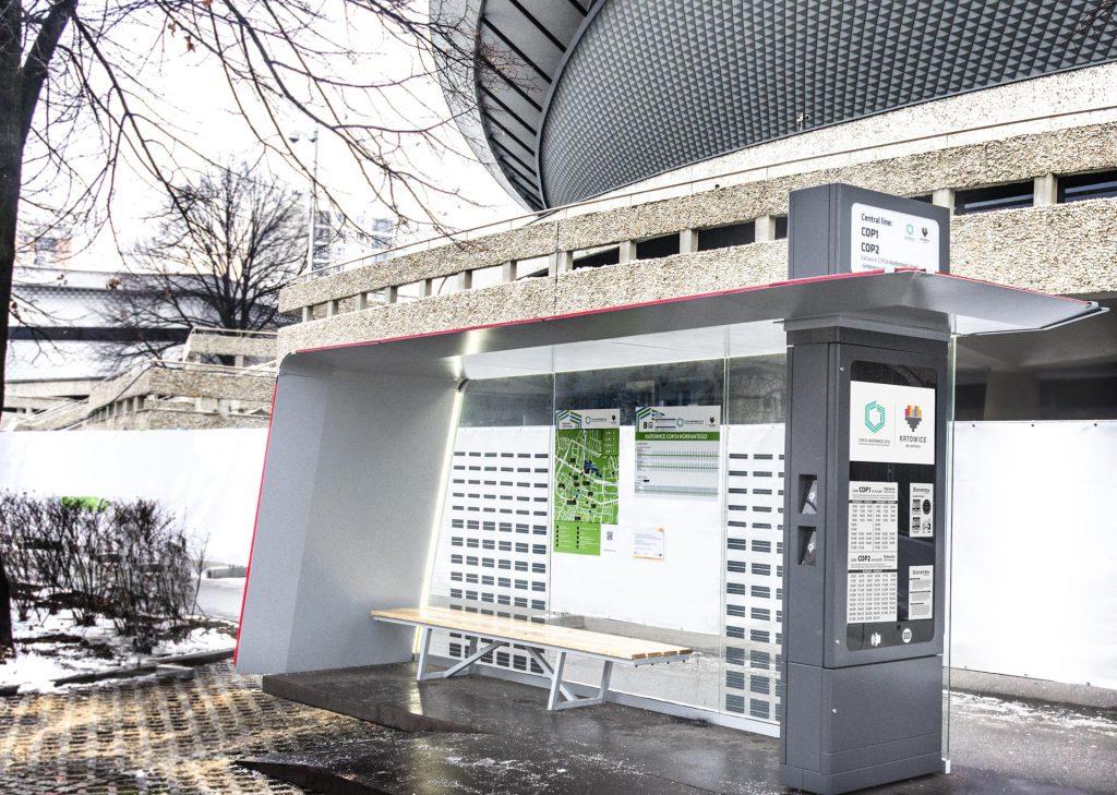 Pylon e-papier passenger information produkcji Dystenu wbudowany w autonomiczny przystanek