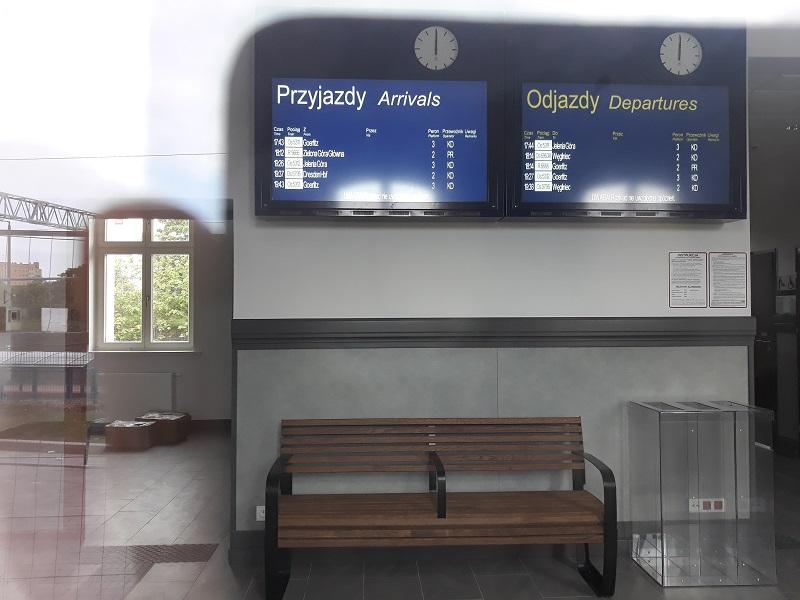 tablica informacji pasażerskiej na dworzec kolejowy