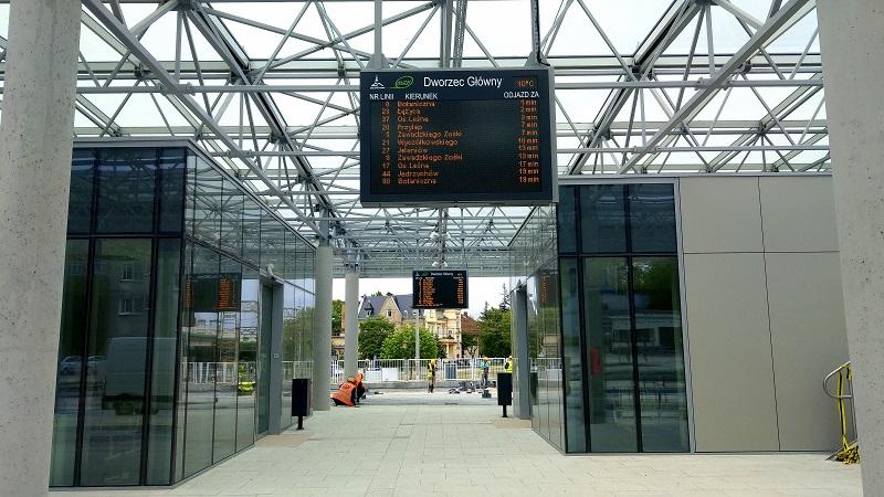 tablice informacji pasażerskiej pis w centrum przesiadkowym w Zielonej Górze
